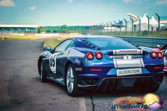 soñar con coche de carreras
