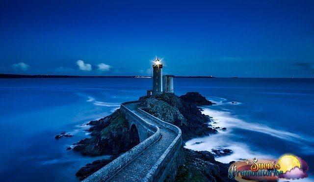 faro y mar azul
