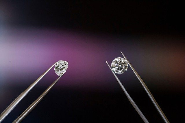 examinando diamantes